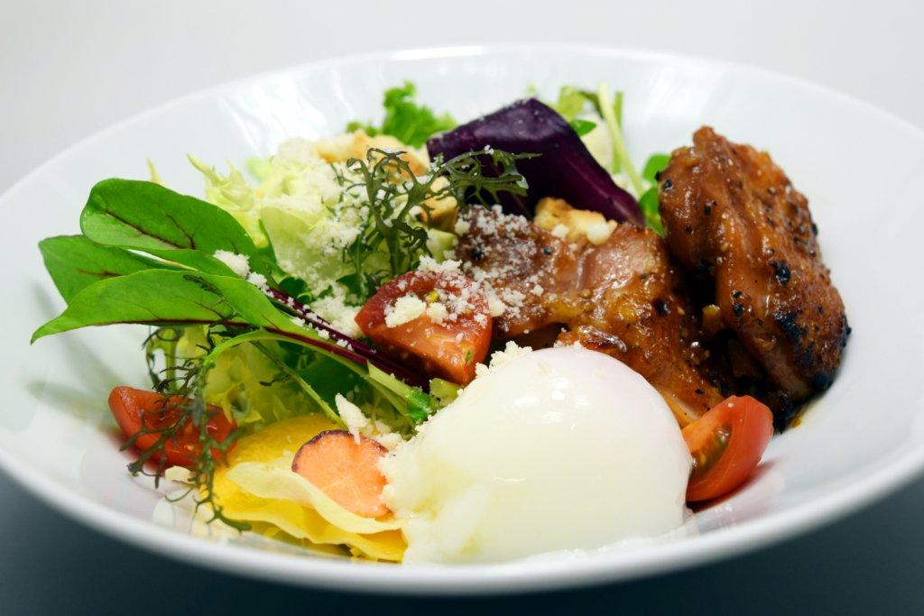 『今月の洋食』香味チキンと半熟卵のシーザーサラダ
