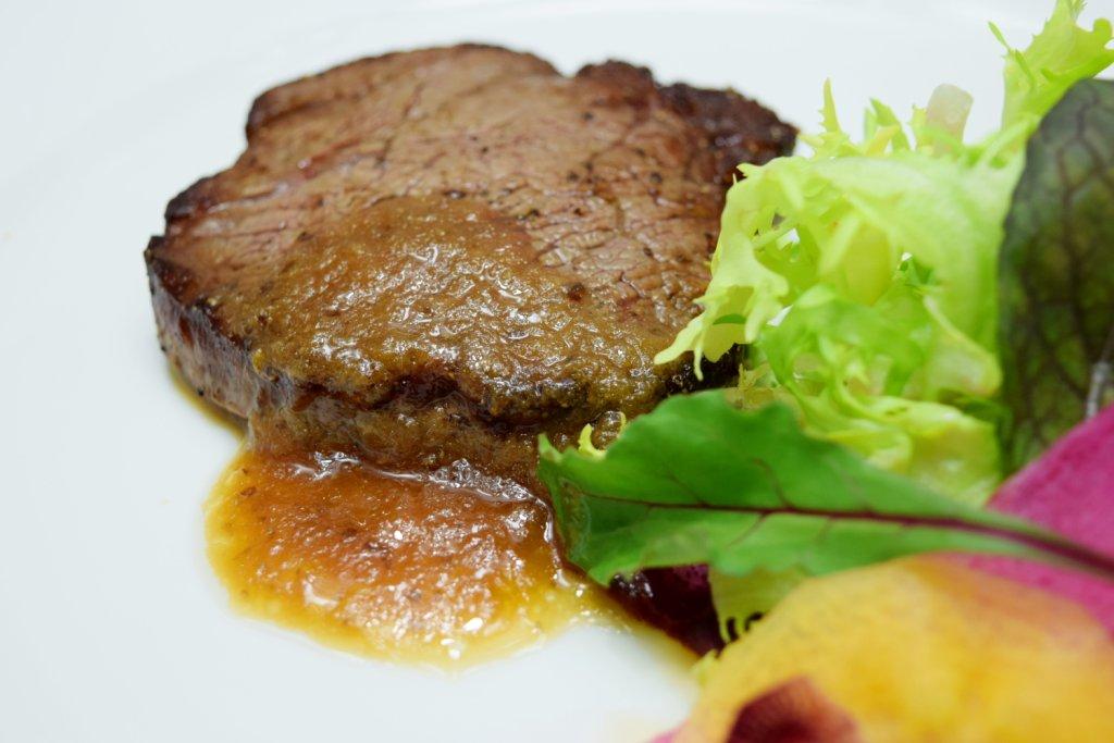 『今月のプレミアムランチバイキング』豪州産牛フィレ肉のステーキ ポルトガル産マデラワインソース