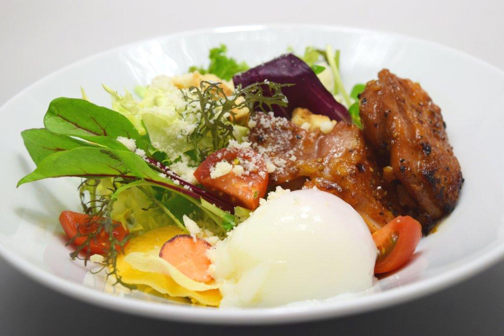 『今月の洋食』 香味チキンと半熟卵のシーザーサラダ